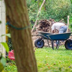 Holz umstapeln - © Nadine Schäfer
